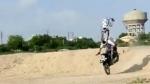 புல்லட் பைக்கில் மணல்மேட்டின் மீது ஜம்ப் செய்த இளைஞர்கள்... கீழே விழுந்ததுதான் மிச்சம்... வீடியோ!