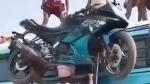 நிஜ பாகுபலியா? வறுமையின் அடையாளமா? தலையில் பைக்கை சுமந்தபடி பஸ்ஸின் மீது ஏறிய தொழிலாளி... வீடியோ