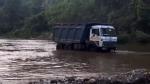 ஆர்பரித்து ஓடும் ஆறு, இடையில் சிக்கிய லாரி... பல மணிநேர போராட்டம், இறுதியில் நடந்தது...
