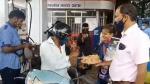 கேக், சாக்லேட் என வாகன ஓட்டிகளை மிரள வைத்த ஆம் ஆத்மி கட்சியினர்... ஒன்றிய அரசை இப்படிகூடவா விமர்சிப்பாங்க!