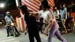 நட்ட நடு ரோட்டில் கார் டிரைவரிடம் மோசமாக நடந்து கொண்ட இளம்பெண்... வைரலாகும் வீடியோ!