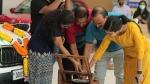 அப்பாவுக்கு ஆச்சரிய பரிசு வழங்கிய இளைஞர்... கார் ஷோரூமையே சென்டிமென்டில் மூழ்க வைத்த அந்த தருணம்!