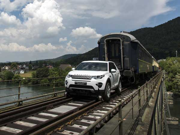 land-rover-discovery-sport-pulls-100-ton-train-in-switzerland