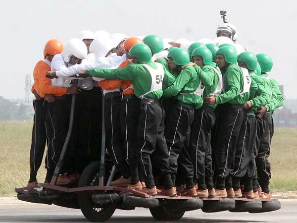 500சிசி மோட்டார் சைக்கிளில் 58 இந்திய ராணுவர்கள் பயணித்து உலக சாதனை..!!