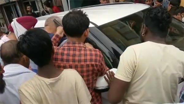 காருக்குள் சிக்கிய சிறுவன் 2 மணி நேர போராட்டத்திற்கு பின் மீட்பு...