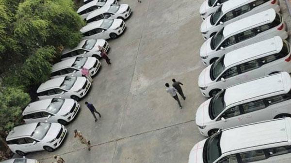 முதலமைச்சரின் தாராள மனசு... அரசு அதிகாரிகளுக்கு 32 சொகுசு கார்கள்... விலை எவ்ளோனு தெரிஞ்சா கோவப்படுவீங்க...