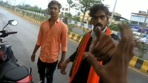 ஓட்டி பாக்கணும்... ஸ்போர்ட்ஸ் பைக் ரைடரிடம் தகராறு செய்த இளைஞர்கள்... போலீஸை அழைத்ததும் நடந்த காமெடி