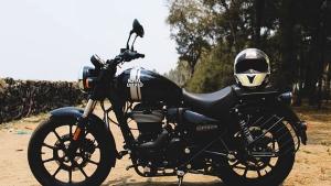 ராயல் என்பீல்டு காண்டினெண்டல் ஜிடி650 பைக்கின் பெயிண்ட்டில் மீட்டியோர் 350!! இது இன்னும் ஸ்டைலிஷா இருக்கு!