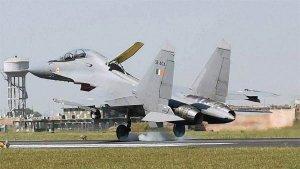 சீனாவின் ஜே-20 போர் விமானத்தின் சாயத்தை வெளுத்த இந்தியாவின் சுகோய் போர் விமானம்!!