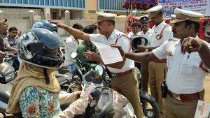 ஹெல்மெட் அணியாத வாகன ஓட்டிகளை மடக்க வேண்டாம்: அதிரடி உத்தரவு