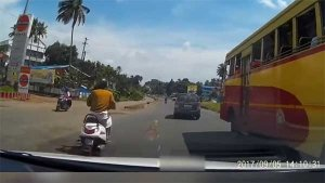 அதிவேகமாக சென்ற கார் ஓவர் டேக் செய்யும் அதிர்ச்சி வீடியோ!