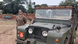 70 ஆண்டு பழமையான முதல் லேண்ட் ரோவர் டிஃபெண்டர்... தனியாளாக ஓட்டி அசத்திய இளம்பெண்...