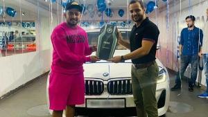 IPL முடிச்சிட்டு இந்தியா வந்த கையோடு புதிய BMW காருடன் பிரித்வி ஷா!! ஷோரூம் விலையே ரூ.70 லட்சத்தை தாண்டுது